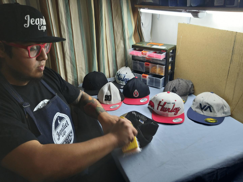 Conoce el proyecto Jeandiel Caps de Jean embajador de Flexfit Chile trabajando en su taller de reparación de gorras