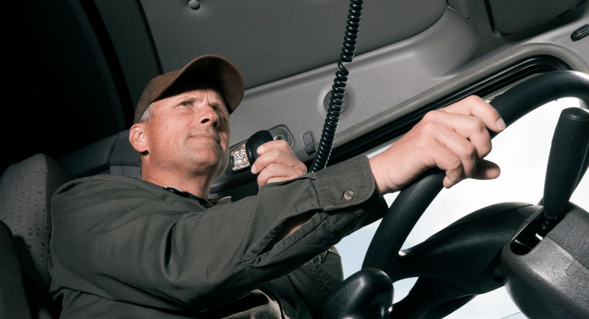 camionero usando gorro trucker