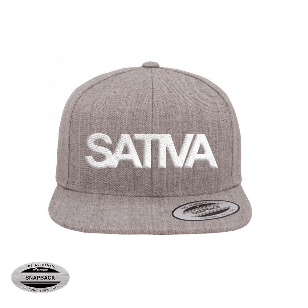 Sativa Snapback Flexfit, gorro de la línea The classics, color heather grey con bordado frontal SATIVA en 3D color blanco