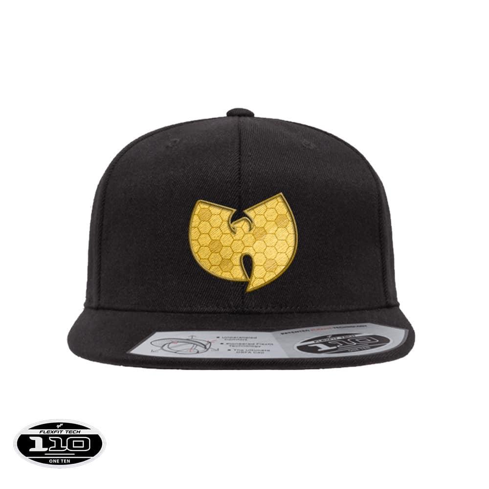 Wu-tang Bee snapback 110F negro Flexfit, de color negro con bordado frontal de color amarillo